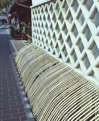 小路の溝にかかる竹細工のアーチ